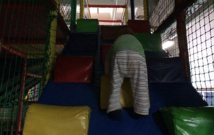 Bim & Boom Kinderspielland - Kind klettert nach oben