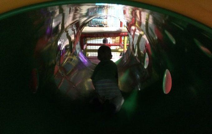 Bim & Boom Kinderspielland - Kind krabbelt durch Tunnel