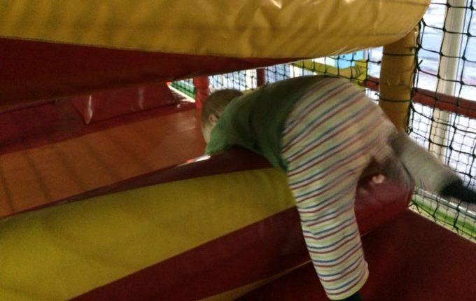 Bim & Boom Kinderspielland - Kind krabbelt über Hindernis