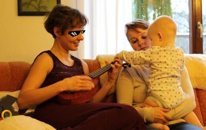 Ich kann das nicht - Frau spielt Ukulele, Baby erkundet Ukulele