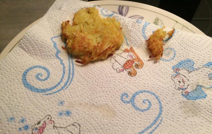 Kartoffelpuffer - auf Küchenpapier