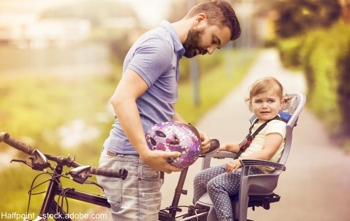 Kind sitzt im Fahrradsitz
