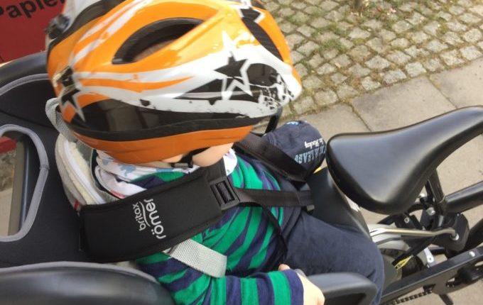 Kind will nicht in den Fahrradsitz - Kind im Kindersitz
