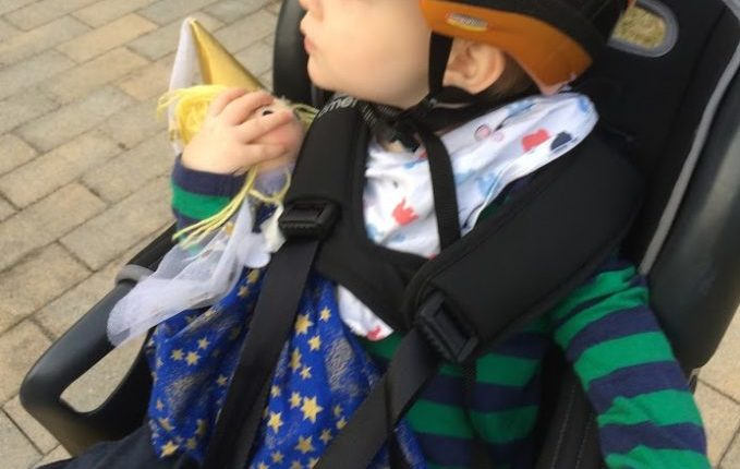 Kind will nicht in den Fahrradsitz - Kind mit Fee im Fahrradsitz