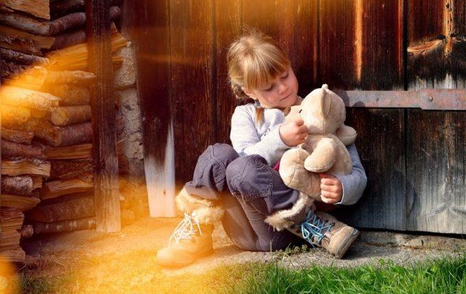 Kuscheltier verloren - Kind kuschelt mit Teddy
