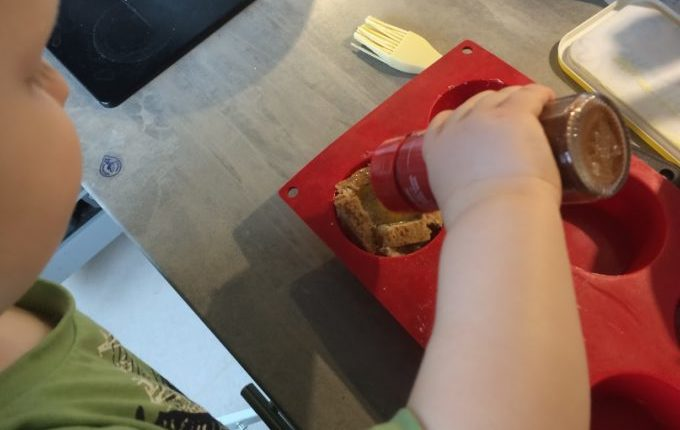 Toast Muffin mit Ei - Kind würzt mit Paprikapulver edelsüß