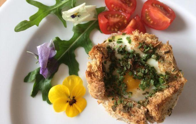 Toast Muffin mit Ei, Tomaten, Rucola und essbaren Blumen