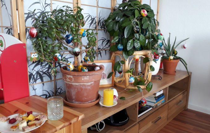 12 von 12 - April 2017 - Pflanzen mit marmorierten Ostereiern geschmückt