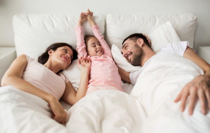 Familienbett - Warum eigentlich (nicht) - Eltern kuscheln mit Kind im Bett