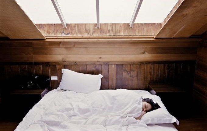 Familienbett - Warum eigentlich (nicht) - Frau schläft gemütlich eingekuschelt im Bett