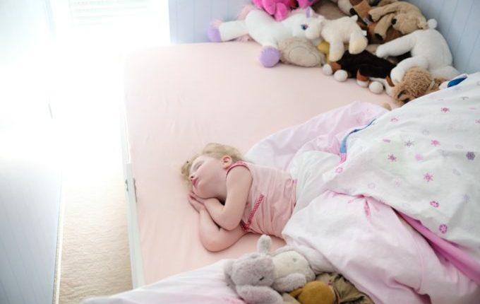 Familienbett - Warum eigentlich (nicht) - Kind schläft mit einem Haufen Kuscheltieren im Bett