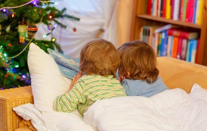 Familienbett - Warum eigentlich (nicht) - Kinder lesen zusammen im Bett