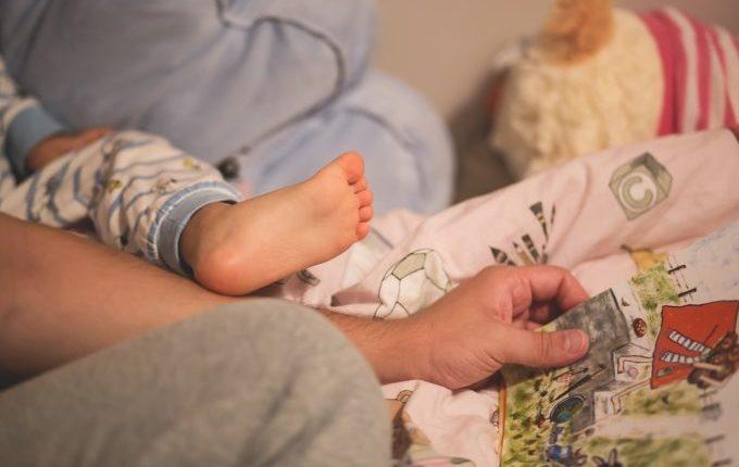 Familienbett - Warum eigentlich (nicht) - Kinderfuß und Hand im Bett
