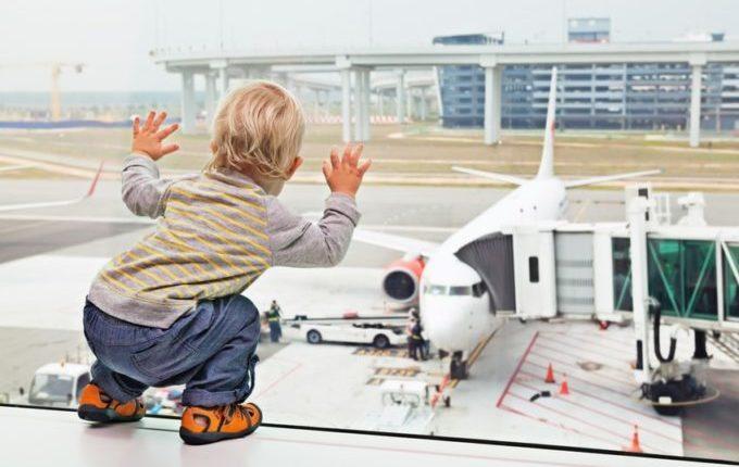 Fliegen mit Kindern - Kind schaut Flugzeuge an