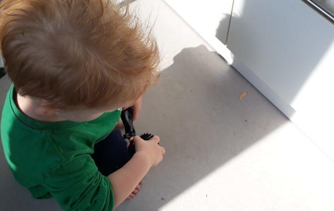 Hefeklöße - Kind repariert kaputte Puppe