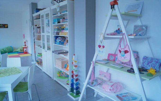 Kindercafé in Kaulsdorf - MITTENDRIN leben e.V. - Regal voller Spiele