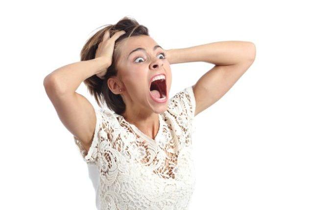 Milchzahn abgebrochen - Frau schreit voller Panik