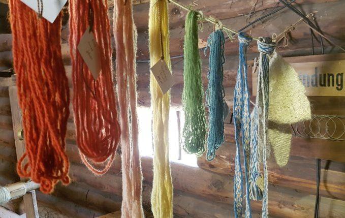 Museumsdorf Düppel - gefärbte Stoffe