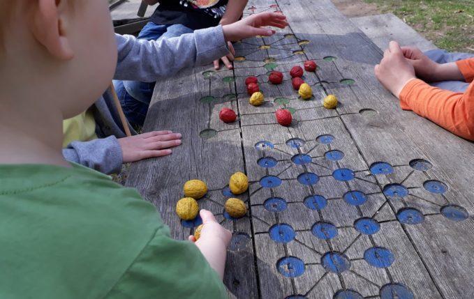 Museumsdorf Düppel - Kinder spielen Mühle mit Walnüssen