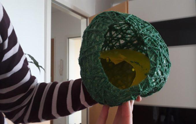 Ostereier aus Wolle - Luftballon löst sich innen von Wolle