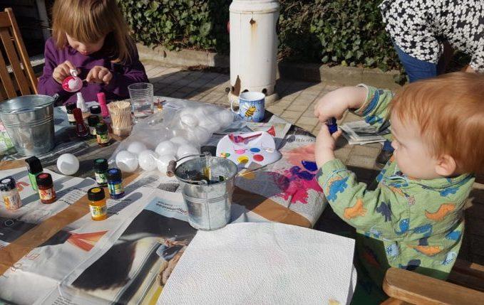Ostereier marmorieren - Kinder marmorieren Ostereier oder so was in der Art
