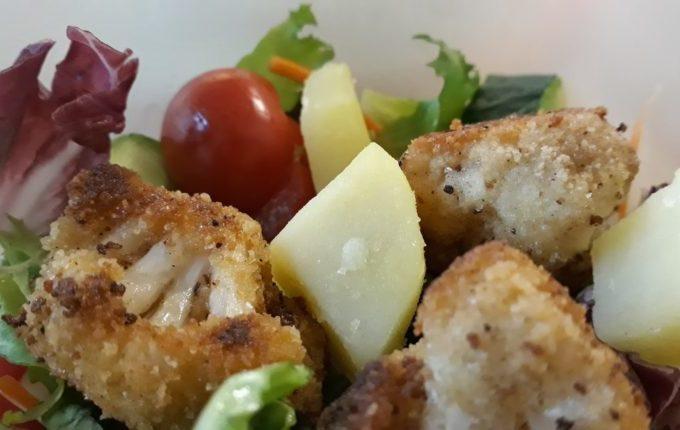 Panierter Blumenkohl mit Kartoffeln und Salat