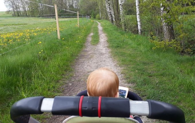 12 von 12 - Mai 2017 - Kind guckt im Kinderwagen Tablet