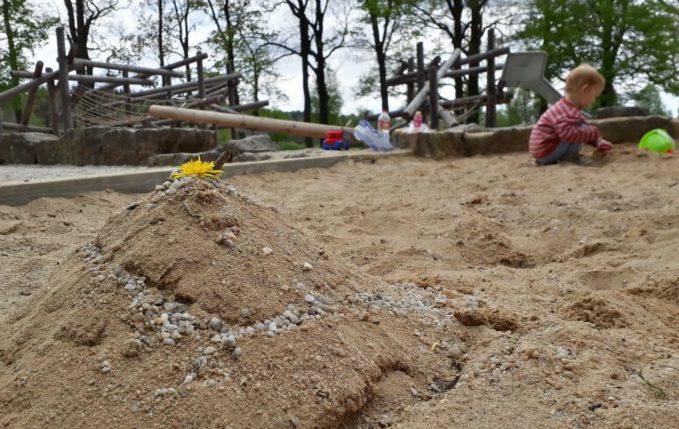 12 von 12 - Mai 2017 - Kind und Sandburg im Sandkasten