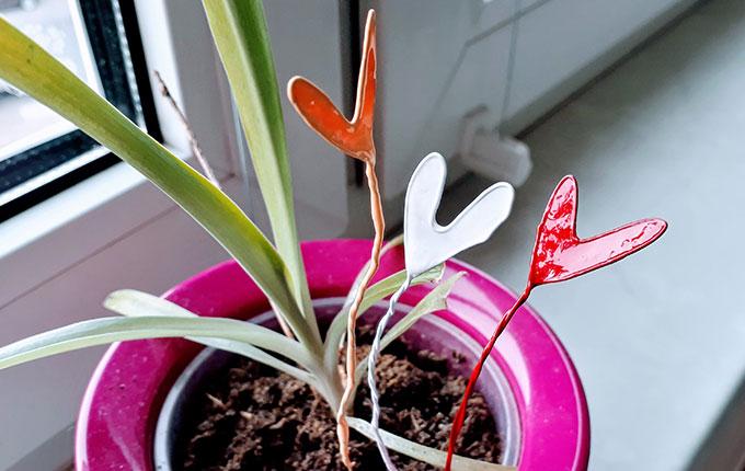 Herzen aus Draht und Nagellack in Blumentopf