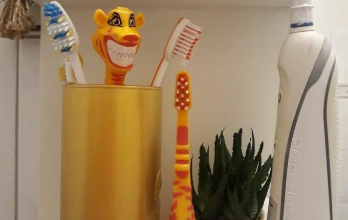 Kind will nicht Zähne putzen - 12 Tipps, die helfen - verschiedene Zahnbürsten, elektrische Zahnbürste, Tiger-Zahnbürste