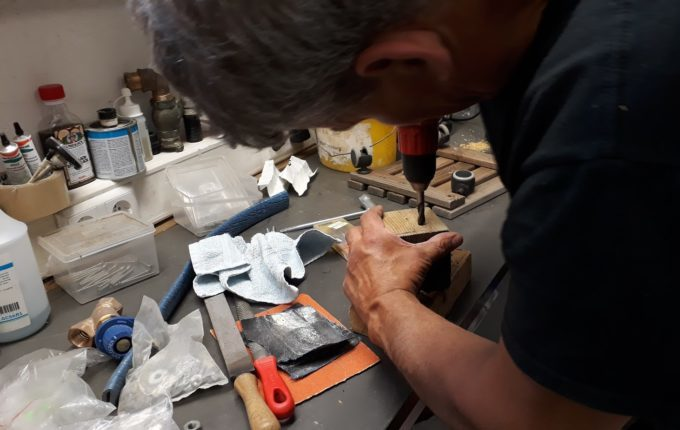 Motorikspielzeug aus Holz selber basteln - Löcher werden mit Akkuschrauber in Kantholz gebohrt