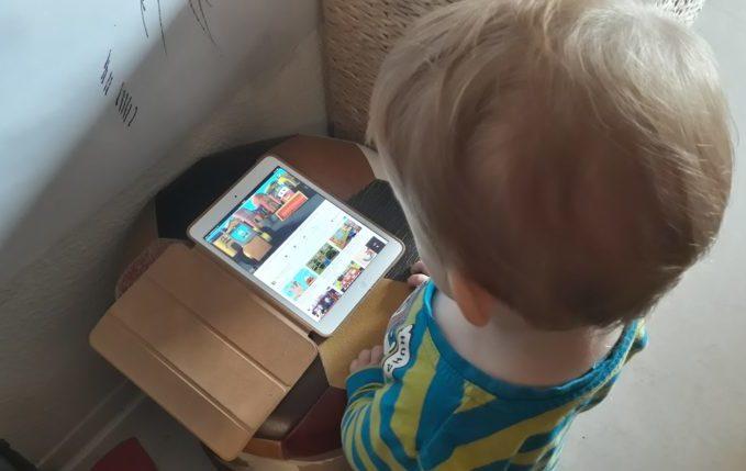 Treffen sich ein Kind und ein Tablet - Kind guckt YouTube Video