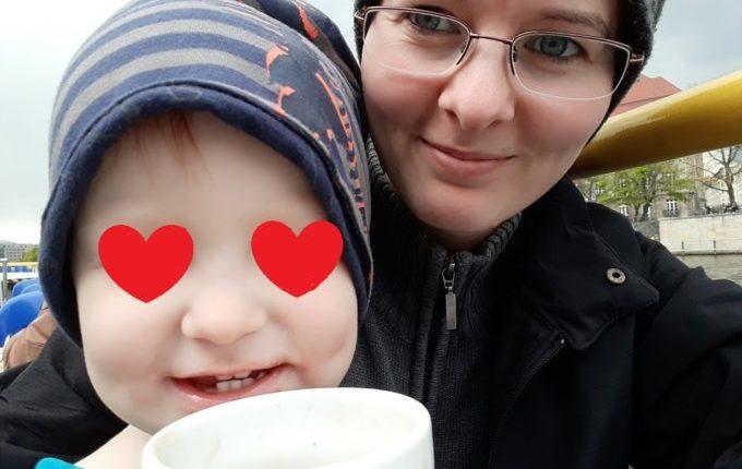 Treffen sich ein Kind und ein Tablet - Kind mit Mutter unterwegs