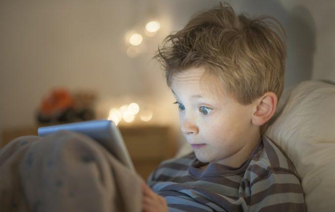Treffen sich ein Kind und ein Tablet - Kind starrt auf Tablet
