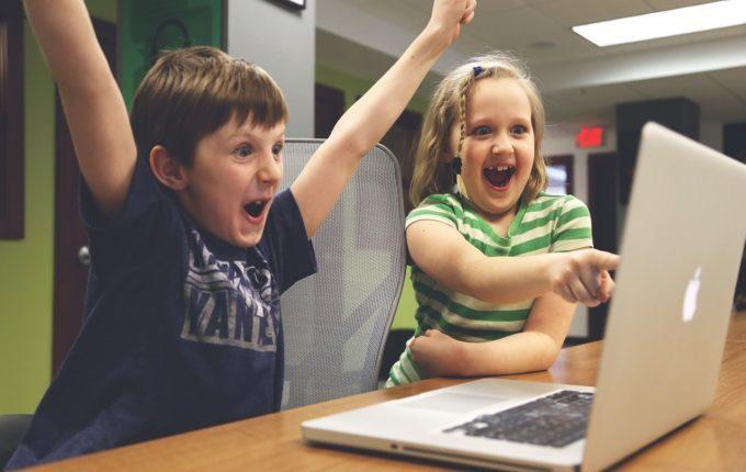 Treffen sich ein Kind und ein Tablet - Kinder drehen durch