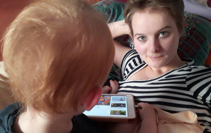 Treffen sich ein Kind und ein Tablet - Mutter und Kind schauen Tablet