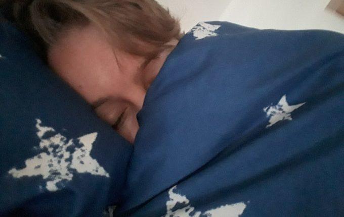 12 von 12 - Juni 2017 - Frau kuschelt mit Bettdecke