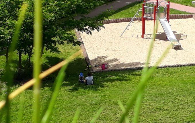 12 von 12 - Juni 2017 - Frau und Kind spielen auf dem Spielplatz