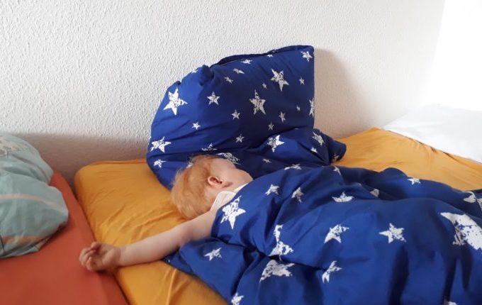 12 von 12 - Juni 2017 - Kind schläft im Bett