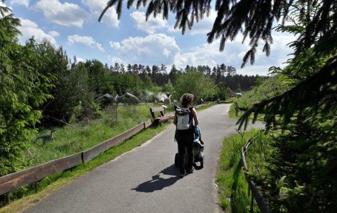 Dinopark Germendorf - Frau fährt Kind im Kinderwagen