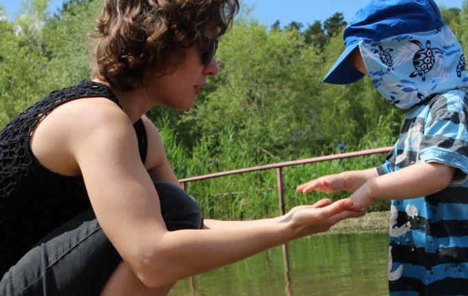 Dinopark Germendorf - Frau und Kind am Strand