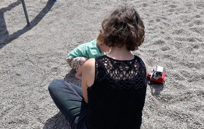 Dinopark Germendorf - Frau und Kind spielen mit Bagger im Kies