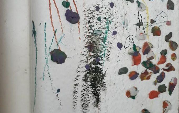Mein Kind malt gern (an den Wänden) - bemalte Wand voller Knete