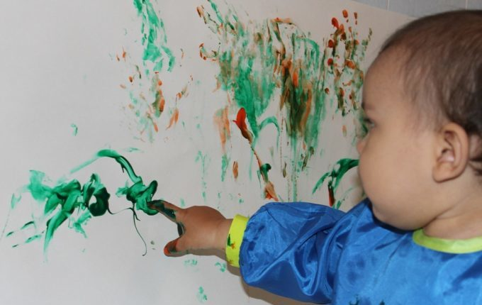 Mein Kind malt gern (an den Wänden) - Kind bemalt Wand mit Finger