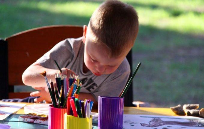 Mein Kind malt gern (an den Wänden) - Kind malt an Tisch mit Kopf nach unten