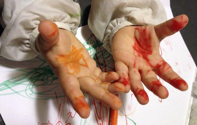Mein Kind malt gern (an den Wänden) - Kind zeigt bemalte Hände