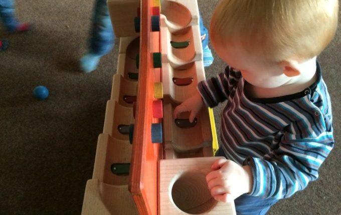 Mein Kind will nicht schlafen gehen - Kind spielt mit Kugelbahn
