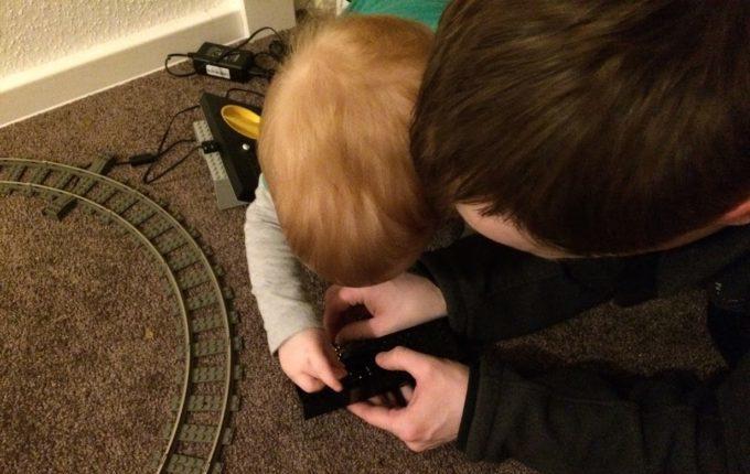 Mein Kind will nicht schlafen gehen - Kind steckt mit Papa Murmeln in Eisenbahn
