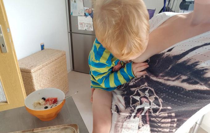 12 von 12 - Juli 2017 - Mutter stillt Kind bei der Zubereitung des Frühstücks