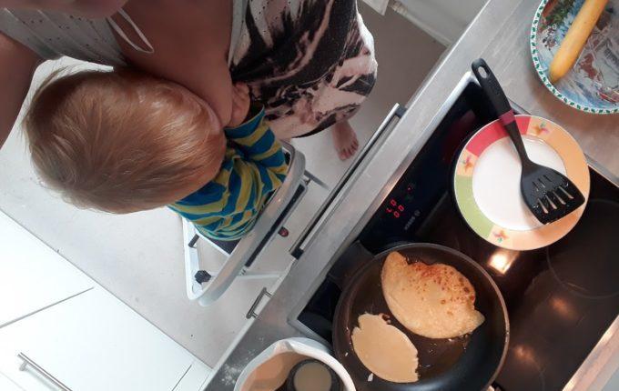 12 von 12 - Juli 2017 - Mutter stillt Kind beim Pfannkuchenbraten